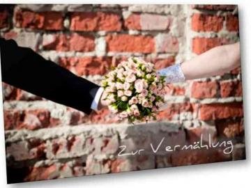 Christliche Hochzeitskarte Motiv: Brautstrauß vom Brautpaar gehalten