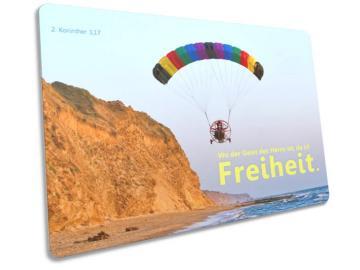 Christliche Postkarte: Motorgleitschirm vor Steilküste - 2. Korinther 3,17
