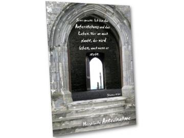 Christliche Kondolenzkarte: Steinportal alter Kapelle