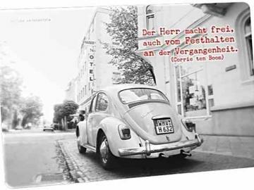 Christliche Postkarte: Weißer VW Käfer auf Bürgersteig