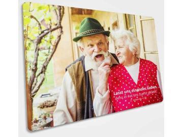 Christliche Postkarte Motiv : Fröhliches Ehepaar - Mit Bibelvers 1. Johannes 4,19