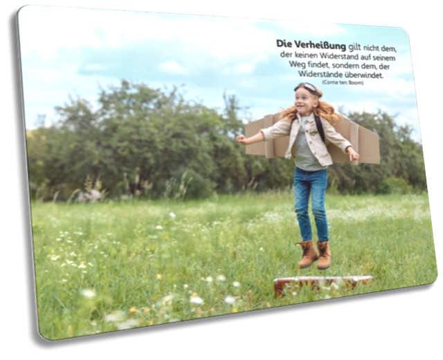 Christliche Postkarte: Mädchen mit Pappeflügeln - Zitat von Corrie ten Boom