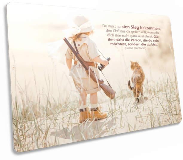 """Christliche Postkarte: Mädchen im Safaridress""""- Mit christlichem Zitat von Corrie ten Boom"""