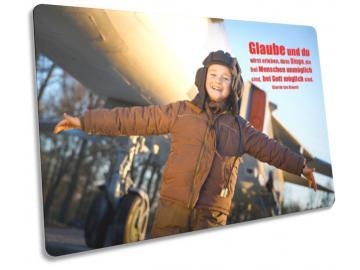 Christliche Postkarte: Junge im Pilotendress - mit Zitat von Corrie ten Boom
