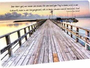 Christliche Postkarte: Holzsteg- Zitat von Corrie ten Boom