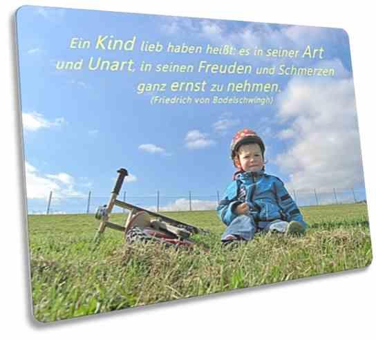 Christliche Postkarte: Im Gras sitzender Junge