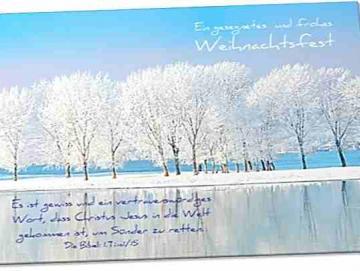 Christliche Weihnachtskarte: Verschneite Bäume am Fluß