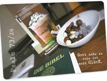 Christliche Postkarte: Bibel & Süßigkeiten auf Café-Tisch
