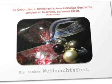Christliche Weihnachtskarte: Geschenk mit Weihnachtsdeko