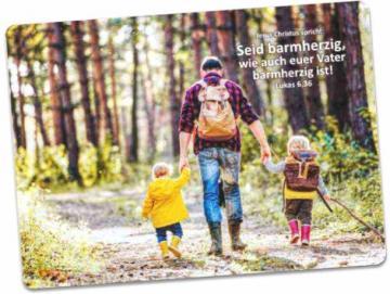 Postkarte Jahreslosung 2021:  Vater auf Wanderung mit seinen Kindern