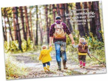 Faltkarte Jahreslosung 2021: Vater auf Wanderung mit seinen Kindern