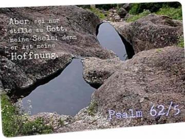 Christliche Postkarte: Wasserlachen in Felsen - Psalm 62,6