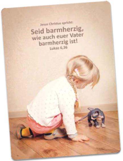 Postkarte Jahreslosung 2021: Mit Kätzchen spielendes Mädchen
