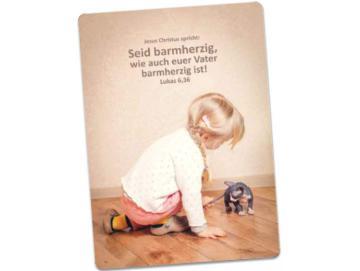 Jahreslosung 2021 Postkarte: Mit Kätzchen spielendes Mädchen