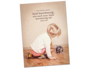 Jahreslosung 2021 Faltkarte: Mit Kätzchen spielendes Mädchen