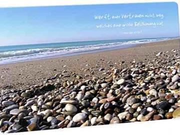 Christliche Postkarte: Kieselsteine am Meeresufer - Bibelvers - Hebräer 10,35
