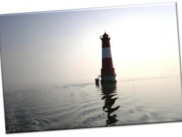 Leinwanddruck: Arngaster Leuchtturm im Gegenlicht