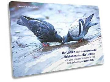 Christliche Postkarte: Trinkendes Taubenpaar - Bibelvers 1. Johannes 4,7