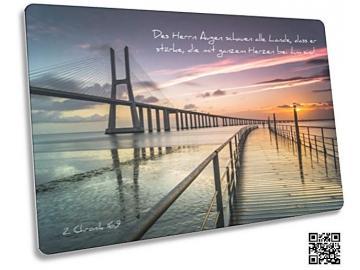 Christliche Postkarte: Moderne Hängebrücke - Mit Bibelvers 2. Chronik 16,9