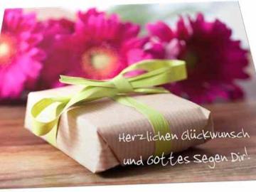 Christliche Glückwunschkarte: Geschenk vor Blumen -  mit Briefkuvert