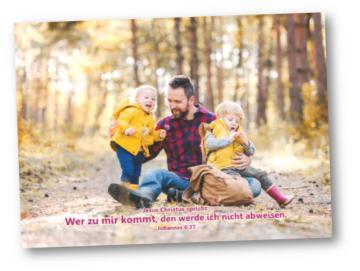Faltkarte Jahreslosung 2022: Vater hält seine Kinder in den Armen