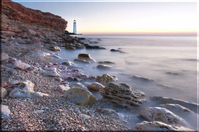 Leinwanddruck: Felsenstrand mit Leuchtturm