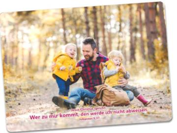 Postkarte Jahreslosung 2022: Vater hält seine Kinder in den Armen