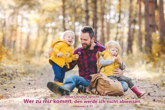 Postkarten Jahreslosung 2022 -Vater hält Kinder im Arm
